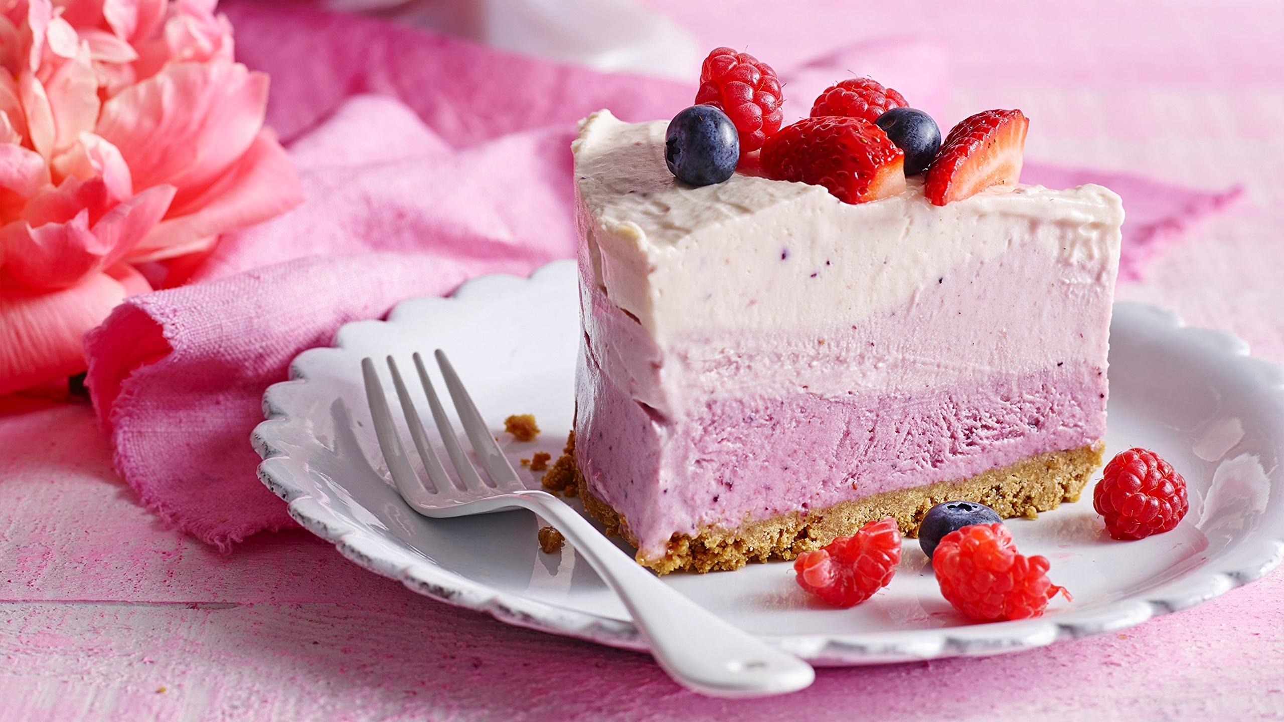 Картинки Торты Кусок Десерт Пища Вилка столовая 2560x1440 часть кусочки кусочек Еда вилки Продукты питания
