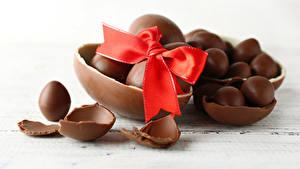 Фото Пасха Шоколад Яйца Бантики Продукты питания