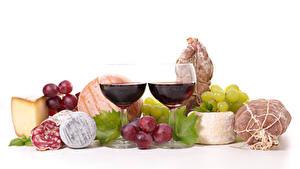 Фотография Натюрморт Вино Виноград Ветчина Колбаса Сыры Белый фон Бокалы Две