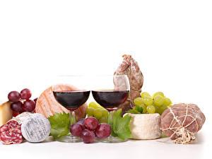Фотография Натюрморт Вино Виноград Ветчина Колбаса Сыры Белый фон Бокалы Две Пища