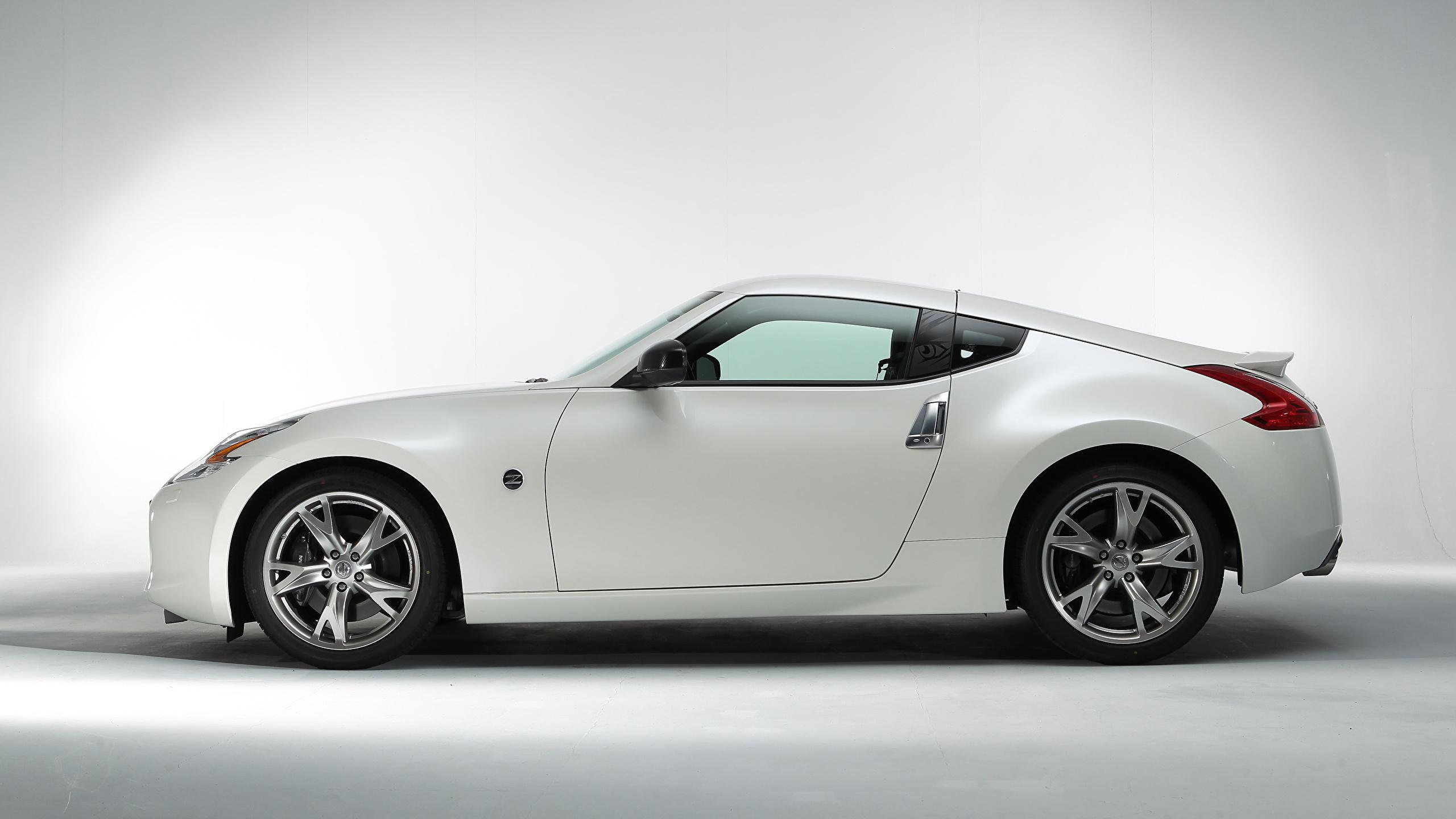 Обои для рабочего стола Ниссан 370Z Signatech (Z34), 2012 белых Сбоку Металлик автомобиль 2560x1440 Nissan белая белые Белый авто машины машина Автомобили