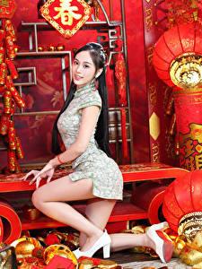 Фото Азиаты Позирует Платье Ноги Туфель Смотрит
