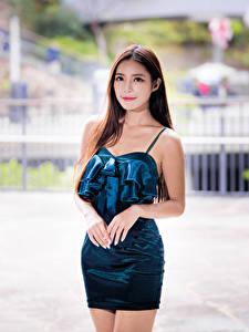 Картинки Азиатка Позирует Размытый фон Платье Взгляд молодые женщины
