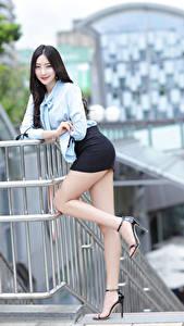 Фотография Азиатка Брюнетки Позирует Ноги Юбка Блузка Улыбка Взгляд Девушки
