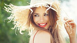Фотографии Шатенка Улыбка Взгляд Шляпа Красивые Девушки