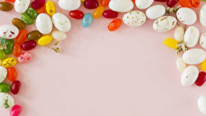 Картинка Праздники Пасха Сладости Конфеты Цветной фон Яиц Еда