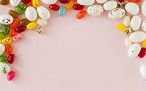 Картинка Праздники Пасха Сладкая еда Конфеты Цветной фон Яиц Еда