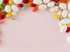 Картинка Праздники Пасха Сладкая еда Конфеты Цветной фон Яиц