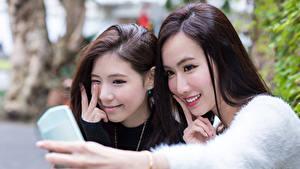 Фото Азиаты Двое Улыбка Селфи Красивые Шатенка Девушки