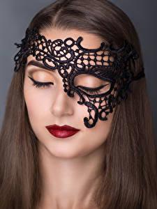 Фотографии Маски Серый фон Шатенки Красными губами молодые женщины