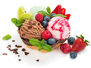 Картинка Сладости Мороженое Клубника Черника Малина Шоколад Белым фоном Шар Еда