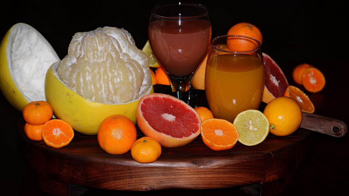 Фотография Сок Апельсин Грейпфрут Мандарины Стакан Лимоны Еда Черный фон Цитрусовые 1366x768 стакана стакане Пища Продукты питания на черном фоне