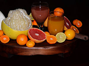 Фотография Цитрусовые Апельсин Лимоны Сок Мандарины Грейпфрут На черном фоне Стакан Пища