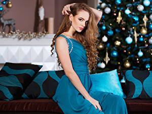 Картинки Новый год Шатенка Платье Сидящие