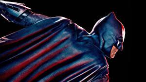 Картинка Лига справедливости 2017 Бэтмен герой Бен Аффлек Плаще На черном фоне кино