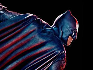 Картинка Лига справедливости 2017 Бэтмен герой Бен Аффлек Плащ Черный фон Кино