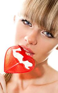 Фотография День святого Валентина Сладости Леденцы Белый фон Блондинки Сердечко Лица Смотрит Девушки