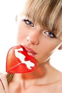 Фотография День святого Валентина Сладости Леденцы Белый фон Блондинка Сердечко Лицо Смотрит Девушки