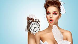 Картинка Часы Будильник Цветной фон Шатенка Мейкап Смотрит девушка