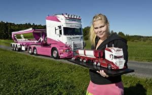Фото Грузовики Сканиа Блондинка Девушки Автомобили