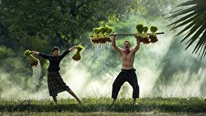 Картинка Азиаты Мужчины Вдвоем Туман Трава Танцует Девушки