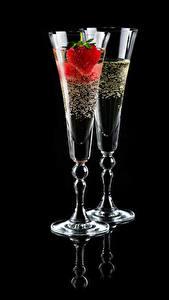 Фотография Игристое вино Клубника Черный фон Двое Бокалы