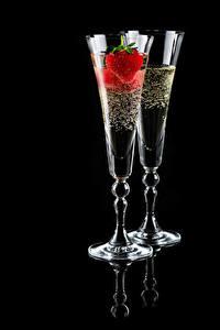 Фотография Шампанское Клубника Черный фон Вдвоем Бокалы Пища