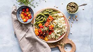 Фотографии Рис Мясные продукты Овощи Томаты Разделочной доске Тарелка Миска Продукты питания