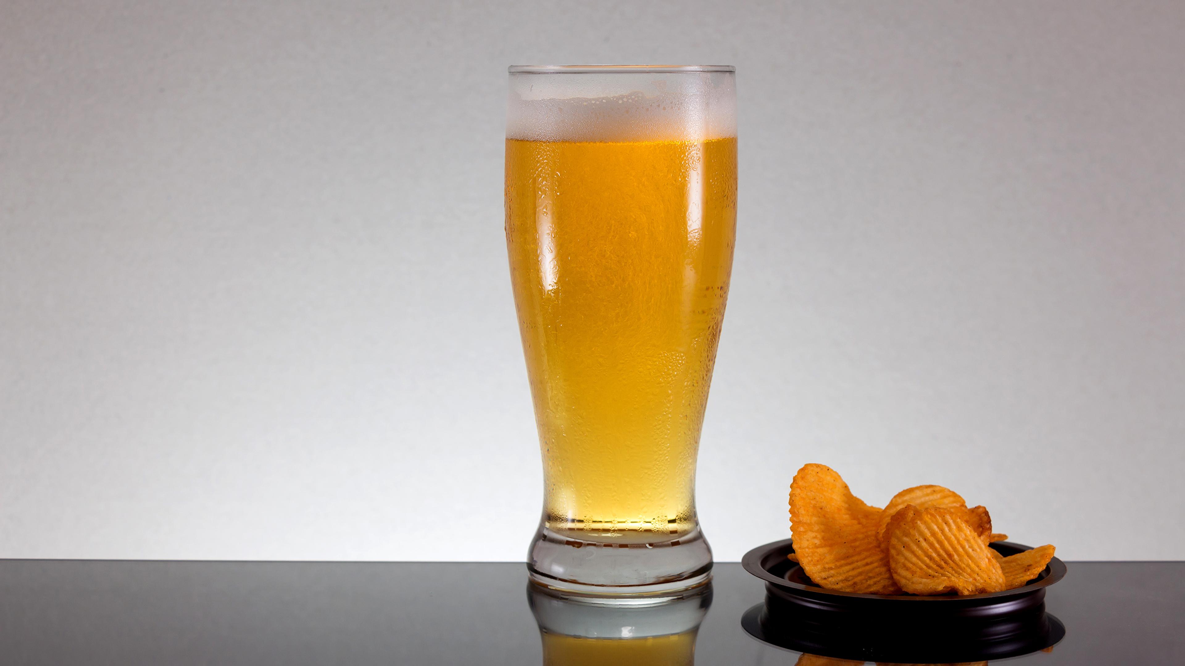 Фотография Пиво Чипсы стакане Еда Пена 3840x2160 Стакан стакана пене Пища пеной Продукты питания