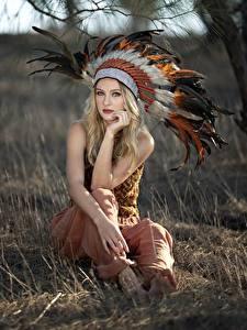 Картинки Перья Индейский головной убор Блондинка Боке Сидит Смотрят Индейцы Vicky девушка