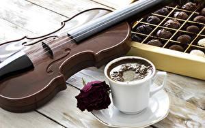 Обои Натюрморт Кофе Конфеты Скрипки Розы Доски Чашка Блюдце Продукты питания