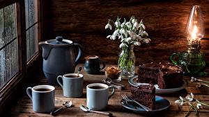Фото Натюрморт Подснежники Керосиновая лампа Кофе Торты Кувшины Чашке Ложки Пища