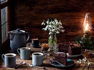Фото Натюрморт Подснежники Керосиновая лампа Кофе Торты Кувшины Чашке Ложки