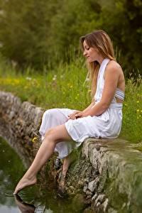 Картинка Пруд Сидящие Платья Ног девушка