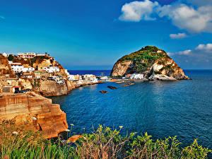 Картинки Италия Берег Здания Скале Залив Ischia Города