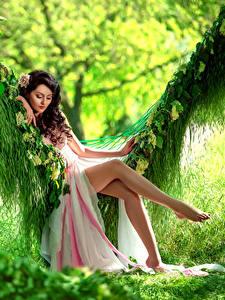 Фото Шатенка Платье Сидящие Качели Ноги Красивые Девушки