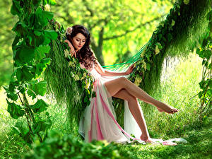 Фото Шатенка Платья Сидя Качелях Ног Красивые девушка