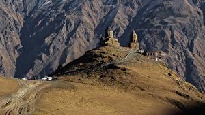 Картинка Грузия Горы Дороги Церковь Kazbegi Gergeti Stepantsminda caucasus