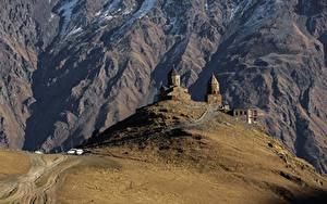 Картинка Грузия Горы Дороги Церковь Kazbegi Gergeti Stepantsminda caucasus Природа
