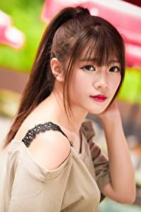 Фото Азиатка Размытый фон Шатенки Смотрят Волос молодые женщины