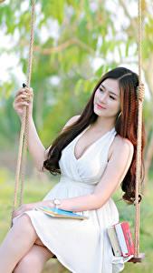 Фотография Азиаты Качелях Платье Красивые молодые женщины