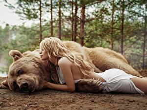 Фотография Медведь Гризли Блондинка Лежа Masha Glushchuk, Ira Morozova девушка Животные