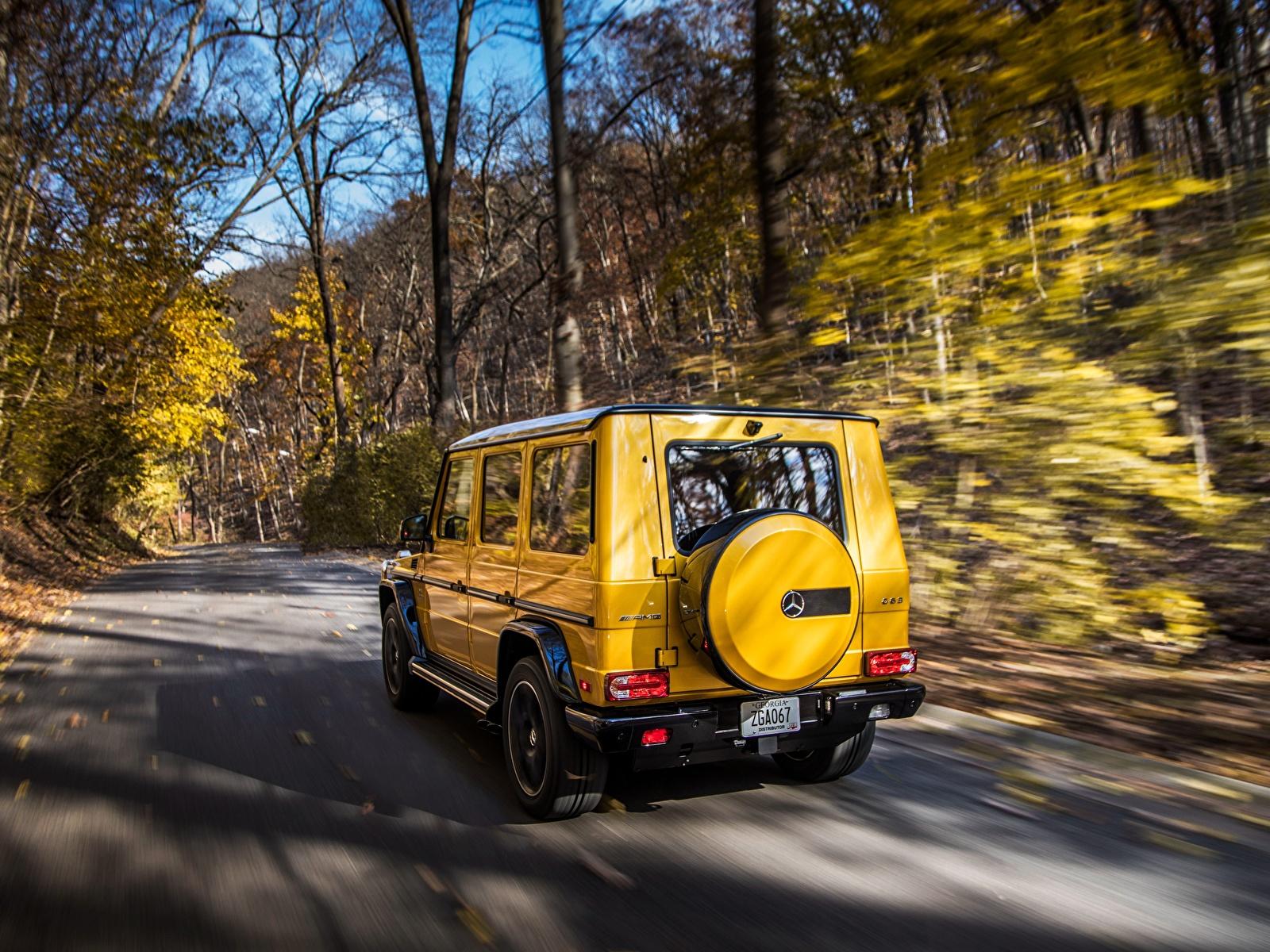 Картинки Mercedes-Benz G-класс AMG G63 2017 Colour Edition желтых скорость авто Сзади 1600x1200 Мерседес бенц Гелентваген Желтый желтые желтая едет едущий едущая Движение машина машины вид сзади автомобиль Автомобили