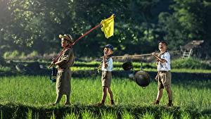 Фотографии Азиаты Мальчишка Шляпы Шорт Трава Три Дети