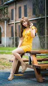 Картинки Азиатки Позирует Ноги Платье Взгляд Девушки