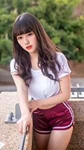 Фото Азиаты Шорт Футболке Волос Взгляд Милый молодая женщина