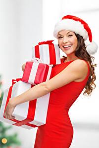 Картинка Рождество Шатенка Шапки Счастье Подарки Смотрит