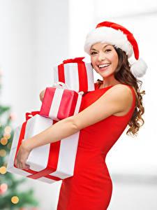 Картинка Рождество Шатенка В шапке Счастливая Подарки Смотрит Девушки