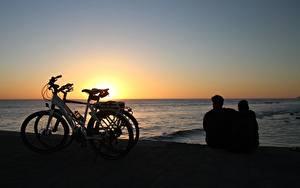 Фотографии Рассветы и закаты Море Испания Велосипеды 2 Сидящие Обнимает Канарские острова Maspalomas, Gran Canaria