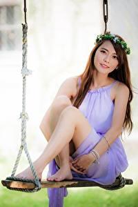 Фото Азиатка Размытый фон Качели Шатенки Венок Ноги Девушки